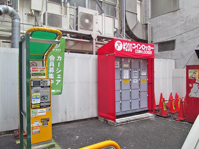 神田の駐車場内に設置されたフジコインロッカー