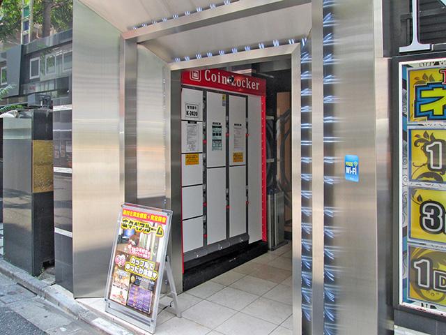 歌舞伎町のネットルームの入口に設置されたコインロッカー