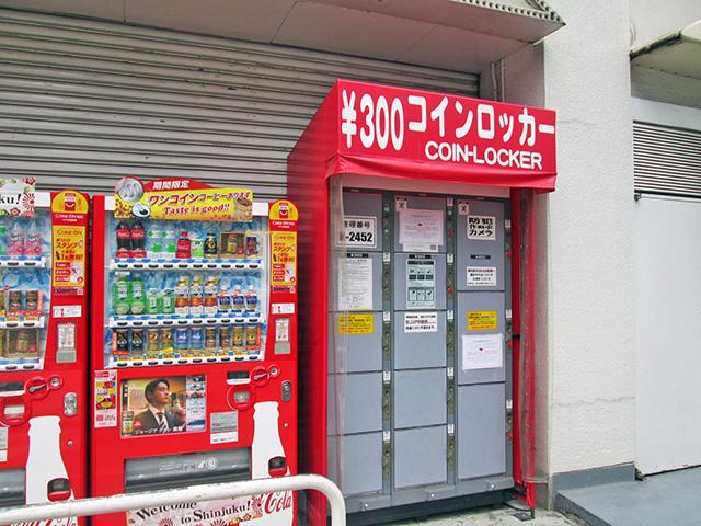 歌舞伎町の複合遊興ビルの裏側のフジコインロッカー