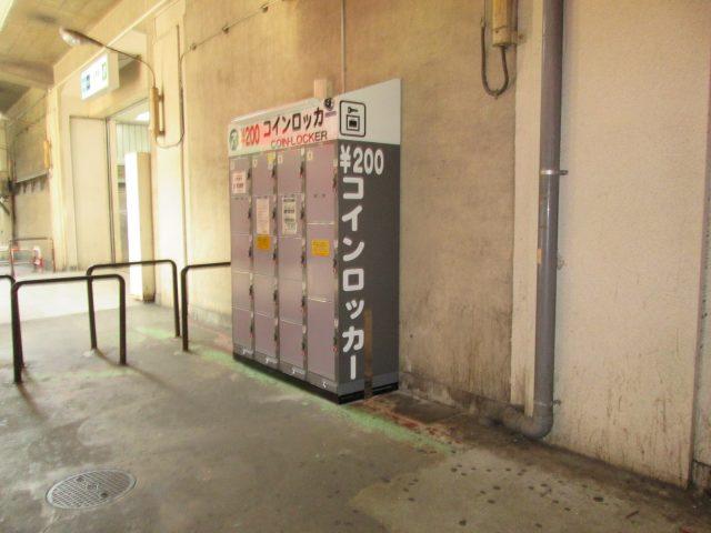 綾瀬駅西口通路のフジコインロッカー