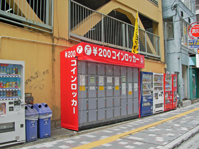 松戸の駐車場に設置されたコインロッカー