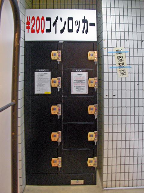 ネットカフェ内に設置されたコインロッカー