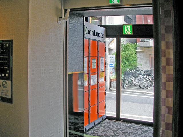 ネットルーム内に設置されたコインロッカー