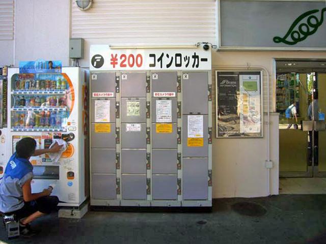 ショッピングセンターに設置されたコインロッカー