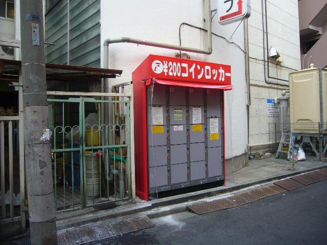 駒込のカプセル・サウナ店の外に設置されたコインロッカー
