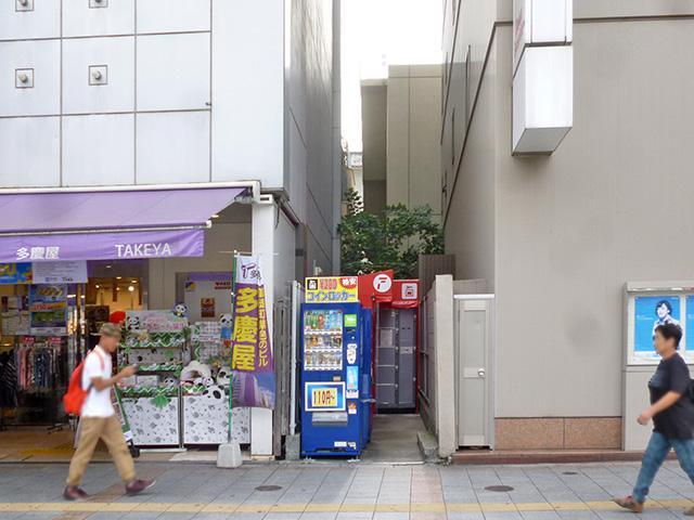 上野のビルの間の空きスペースに設置されたコインロッカー