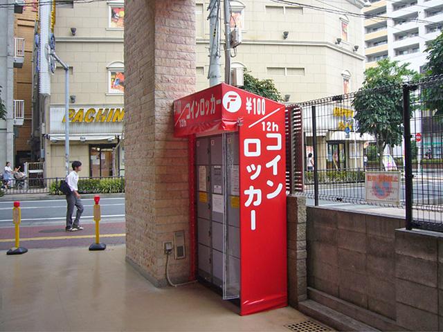 志木駅のテナントビル入口に設置されたコインロッカー