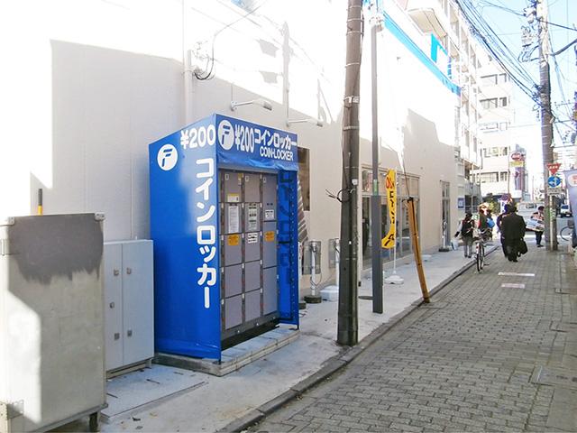 高円寺の紳士服店側面に設置されたコインロッカー