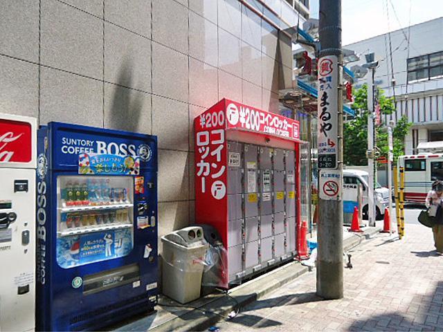 西荻窪のカラオケ店外のフジコインロッカー