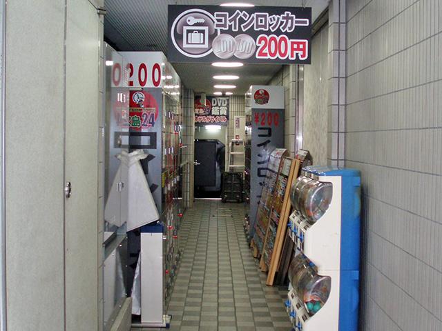 上野のまんが喫茶が入居するビル入口のフジコインロッカー