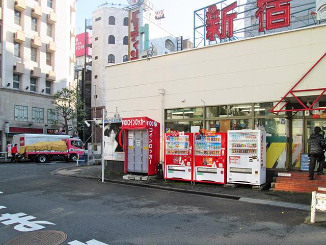 新宿バッティングセンター入口横のフジコインロッカー