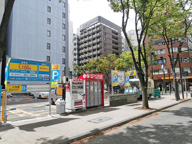 横浜アリーナ前の駐車場のフジコインロッカー