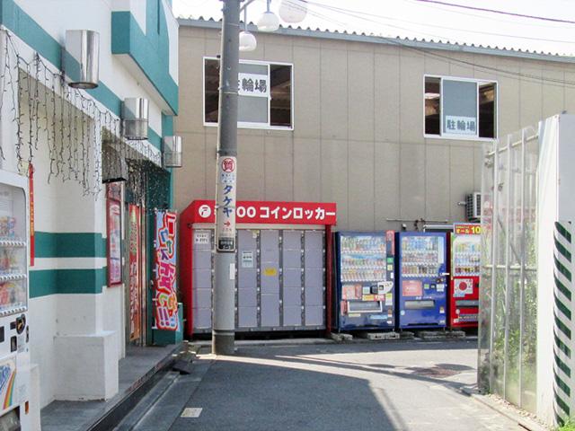 竹ノ塚の駐輪場外のフジコインロッカー