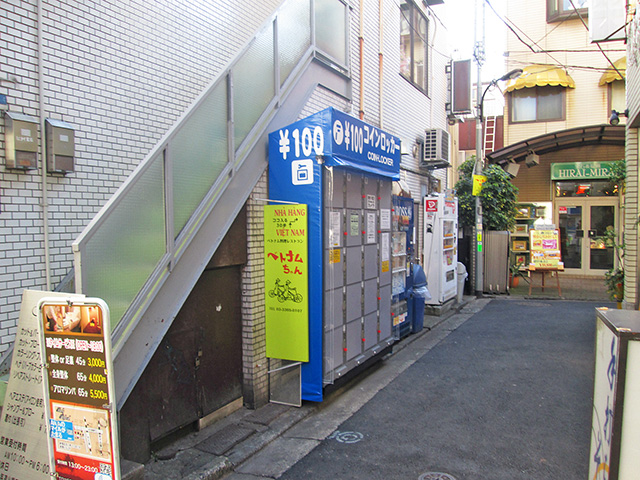 大久保駅前の店舗横にフジコインロッカーが設置しました