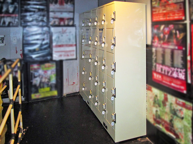 歌舞伎町のライブハウス内に設置されたフジコインロッカー