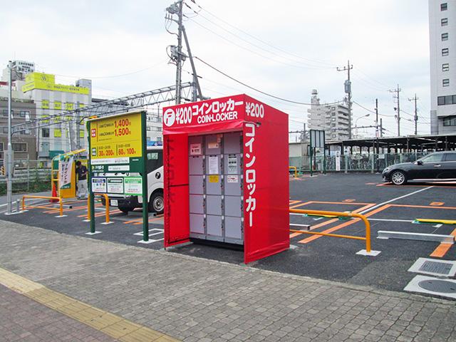 南浦和駅前の駐車場に設置されたフジコインロッカー