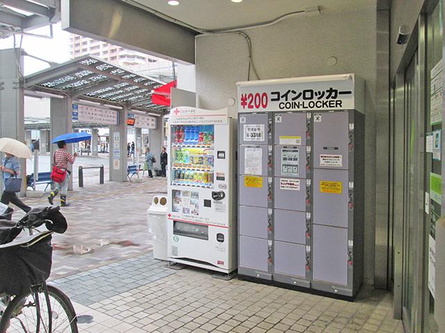 市川駅前のビルに設置されたフジコインロッカー