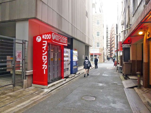 新宿三丁目のオフィスビル外のフジコインロッカー