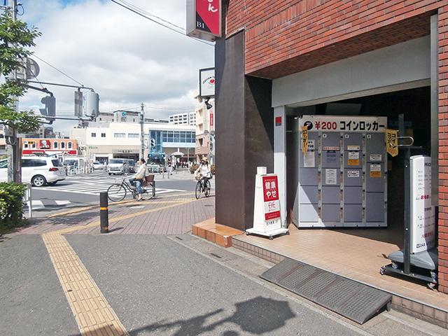 志木駅前のビル入口のフジコインロッカー