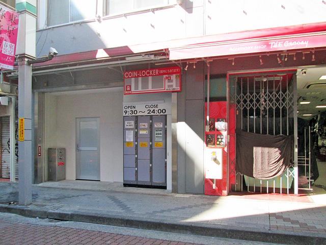 上野のアメ横プラザ屋外のフジコインロッカー