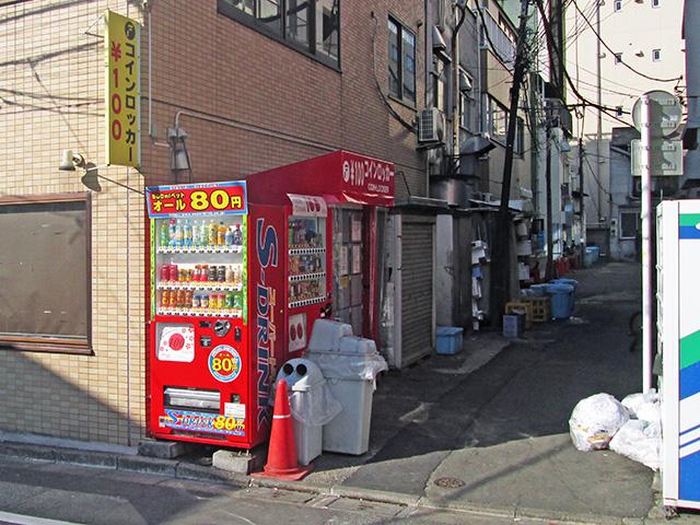 神田駅東口のビル外のフジコインロッカー