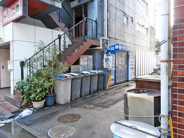 川崎駅東口のビル外のフジコインロッカー
