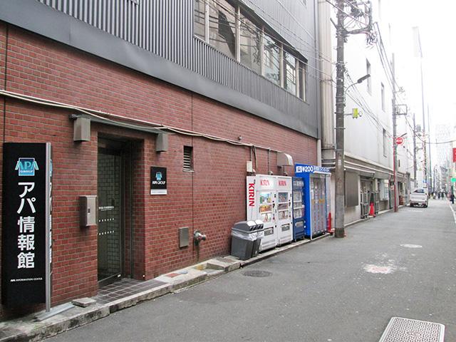 APA赤坂見附ビルの裏通りのフジコインロッカー