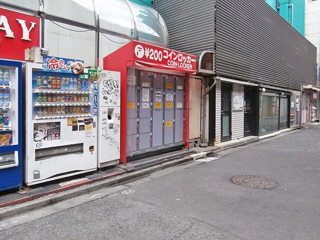 新宿歌舞伎町のテナントビル外のフジコインロッカー