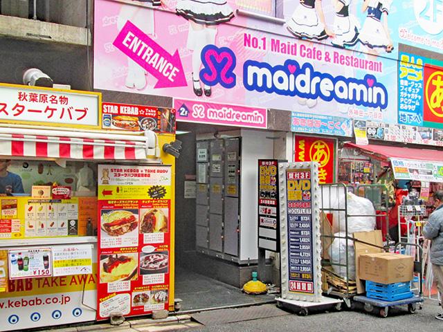 秋葉原駅電気街口の商業ビル入口のフジコインロッカー