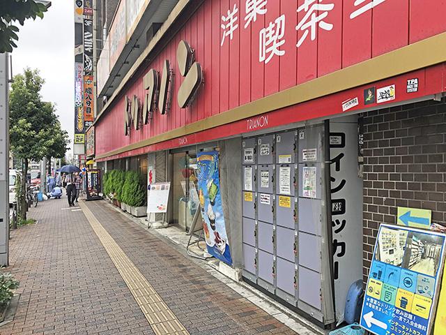 高円寺駅南口 大通り沿いのテナントビル軒下のフジコインロッカー