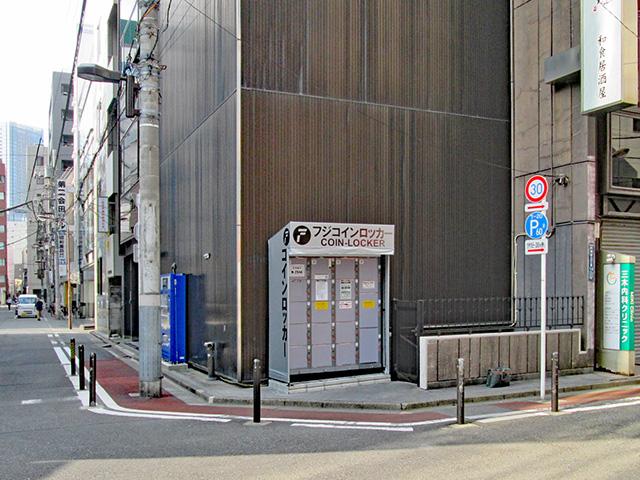 神田駅西口のテナントビル外のフジコインロッカー