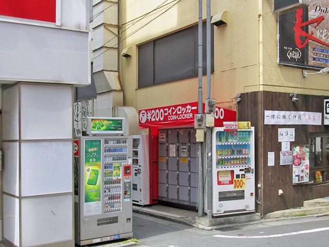 亀戸駅北口のテナントビル側面のフジコインロッカー