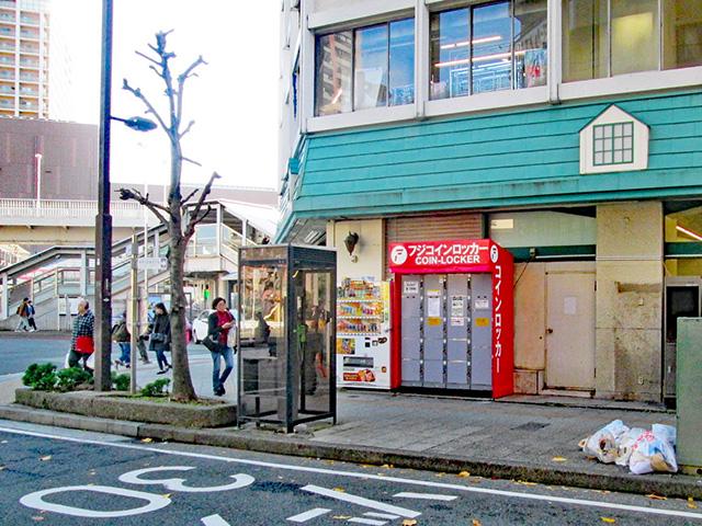 東神奈川駅前サクラピアビル屋外のフジコインロッカー